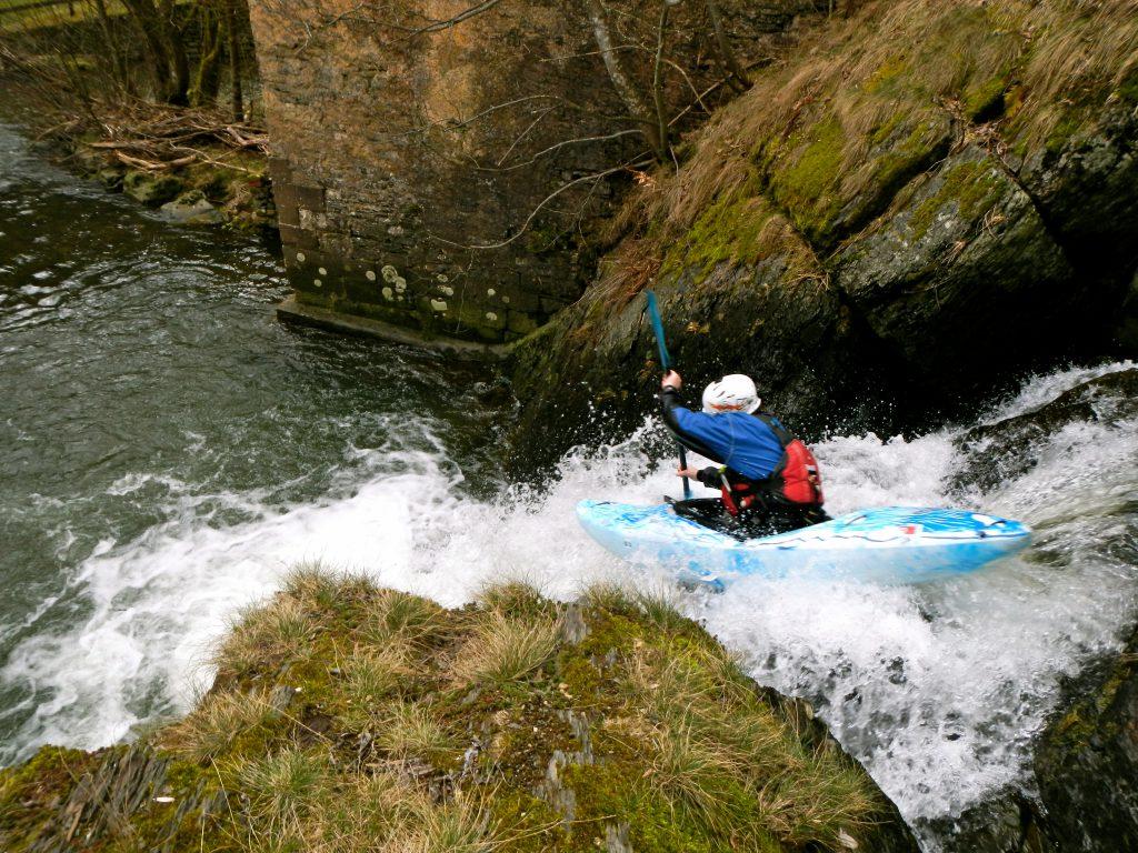 Kajakinstructeur wildwaterkajakken op wilde rivieren. Met een Kayak-level certificaat wordt de kwaliteit voor deelnemers en cursisten gewaarborgd.