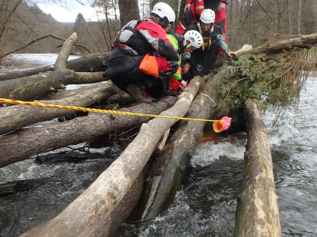 Met een river guide opleiding en training met certificering kayaklevel niveau B sta je goed voorbereid met een groep kajakkers langs een wildwaterrivier.